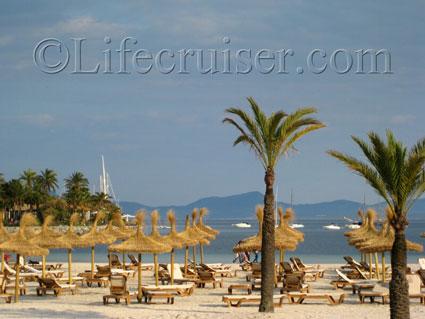 Sunbeds at Alcudia Beach, Mallorca, Photo by Lifecruiser