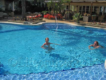 Hotel Vanity Golf's pool at Alcudia Beach, Majorca, Photo Copyright Lifecruiser.com