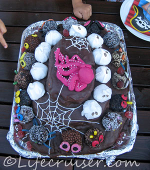 Piccolos birthday cake with monsters