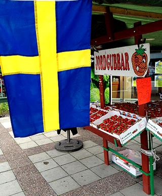 Sweden: Swedish flag and strawberries