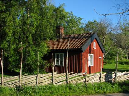 se-typical-falu-red-swedish-cottage